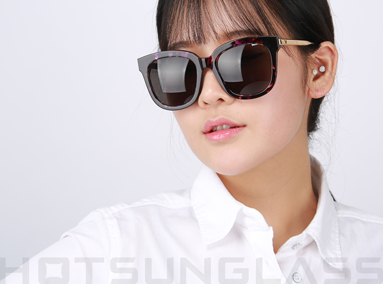 http://hotsunglass.co.kr/web/model%20star%20imge/GENTLE%20MONSTER/ABSENTE/PD1_GOLD/model4.jpg